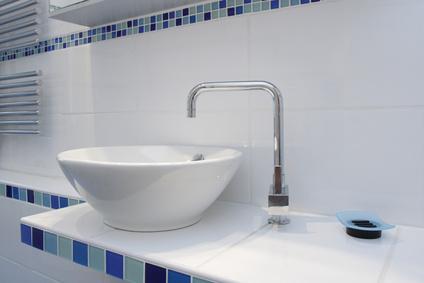 Waschbecken mit Armatur und Mosaikfliesen